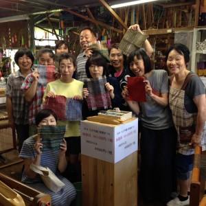手織り体験者との記念写真